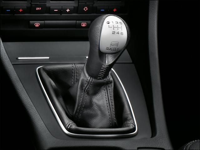 Black leather / aluminium gear knob