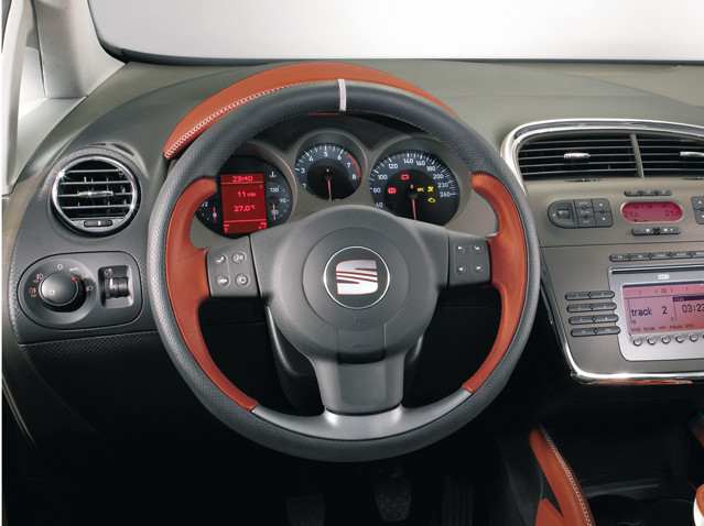 Sand-coloured leather steering wheel with remote control